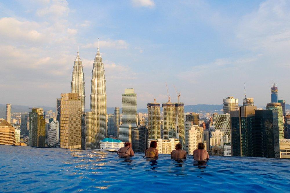 Baseins ar skatu uz Petronas Towers - Labākās budžeta viesnīcas Kualalumpurā