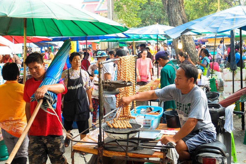 Pārdevējs nakts tirgū Taizemē - Labākās budžeta viesnīcas Chiang Mai