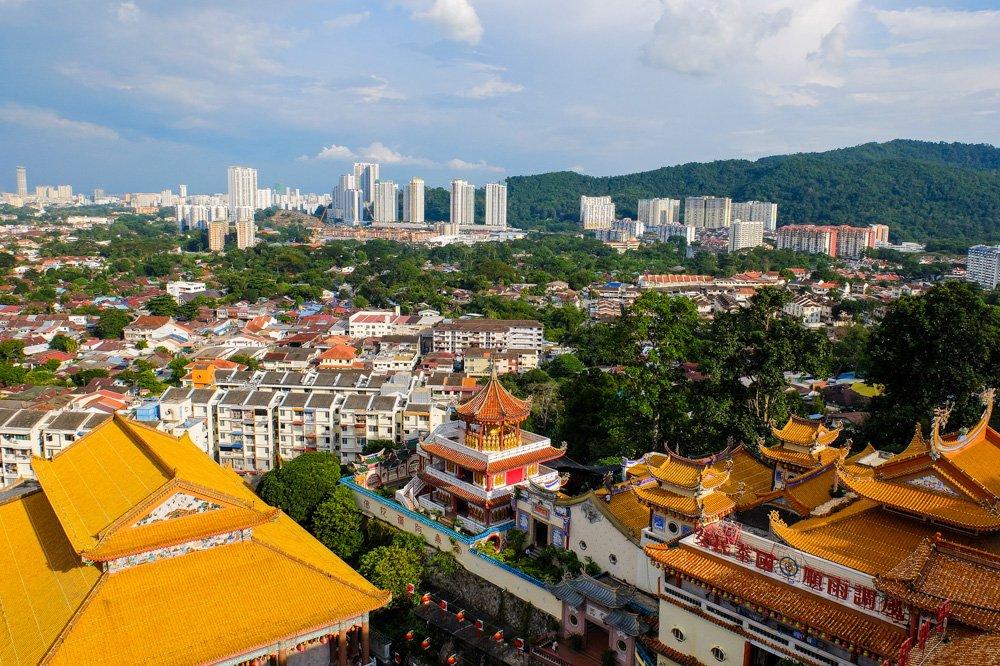 Skats uz Penangu no tāluma - Labākās budžeta viesnīcas Penangā