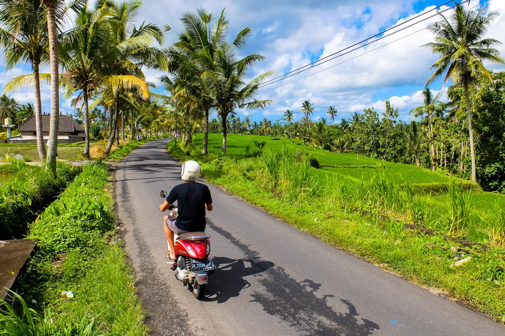 Braucot pa lauku ceļu Ubudas tuvumā - Ar motorolleri pa Bali salu