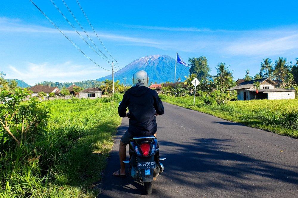 Ceļš ar skatu uz Agung vulkānu - Ar motorolleri pa Bali salu