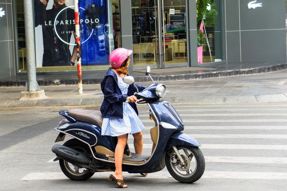 Meitene uz motorollera - Ceļojums uz Vjetnamu ir sācies