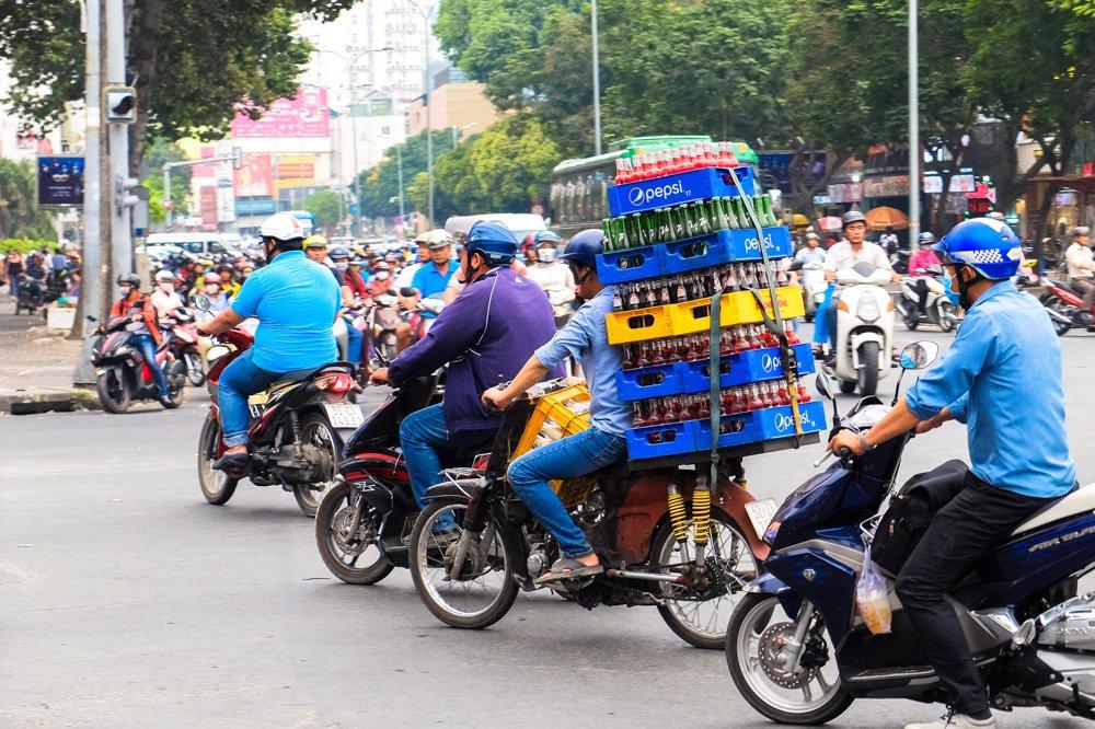 Vīrieties ar motorolleri ved kastes - 2 nedēļas Vjetnamā ceļojuma plāns
