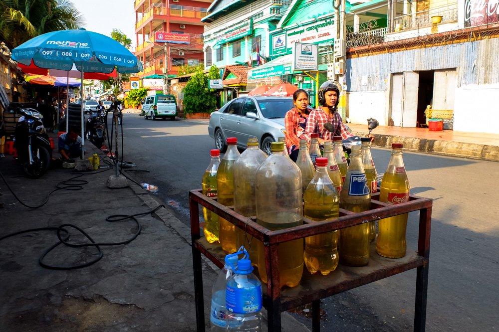 Benzīna uzpildes punkts Pnompeņā, Kambodžā - Ceļojums uz Kambodžu