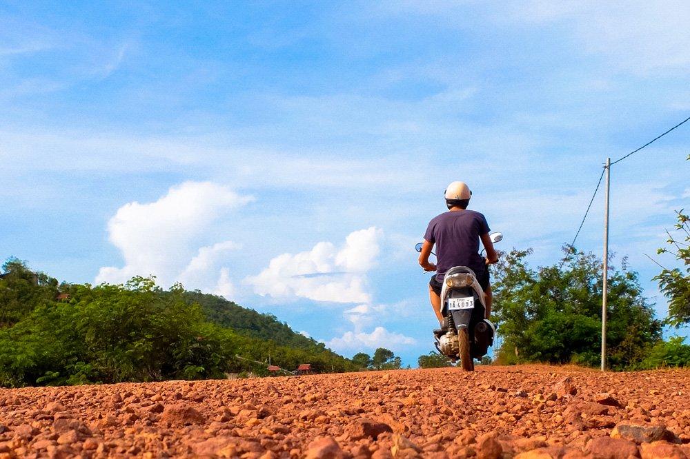 Kaspars brauc ar motorolleri Kep tuvumā, Kambodžā - 2 nedēļas Kambodžā.jpg