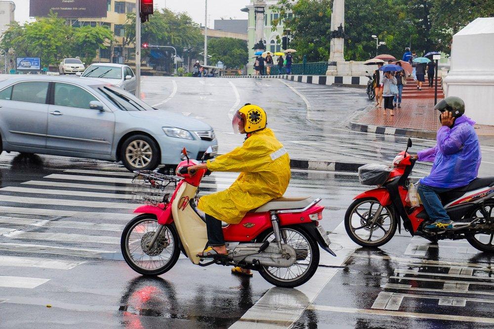 Motorollera braucējs Bangkokā, Taizemē - Ar motorolleri Taizemē