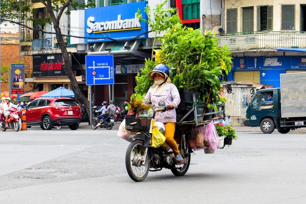 Sieviete brauc ar motorolleri Vjetnamā