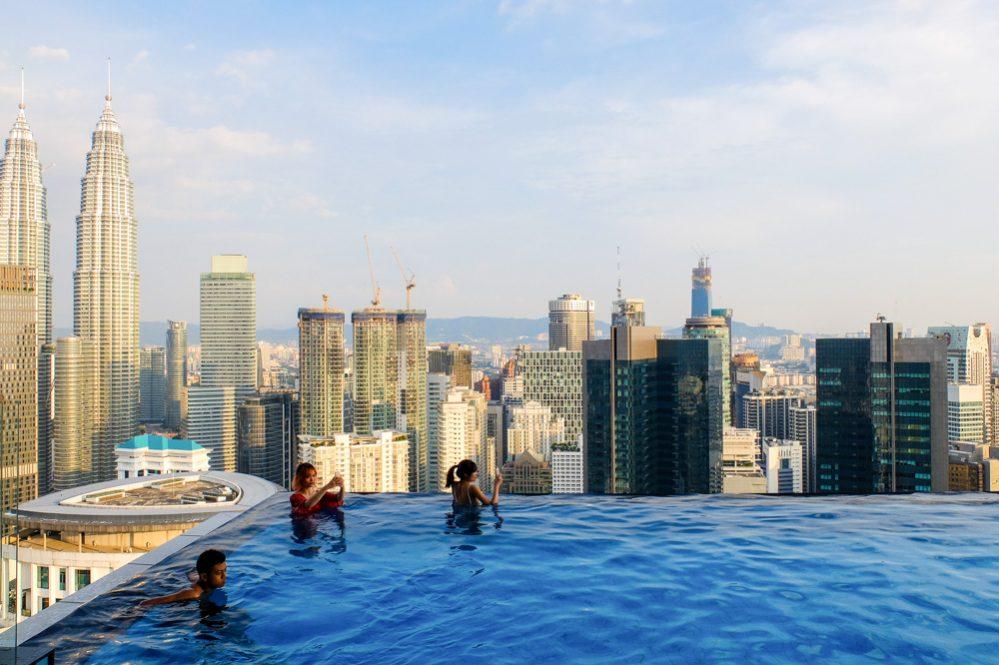 Skats no THE FACE Suites jumta baseina Kualalumpurā, Malaizijā