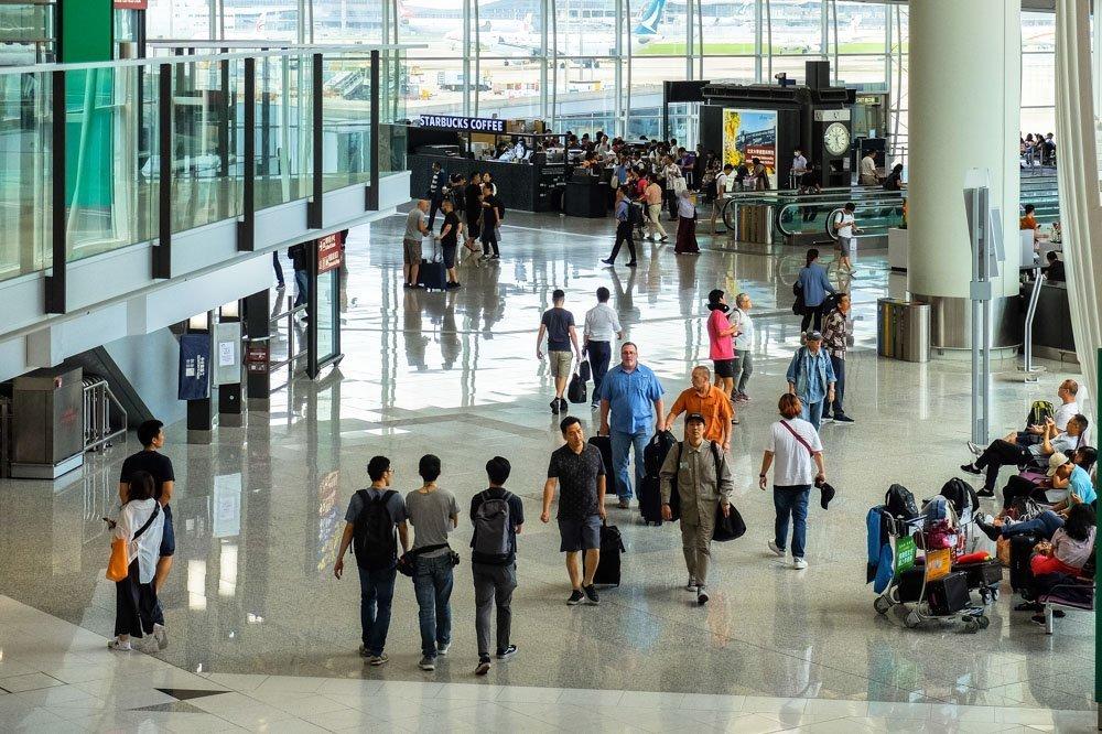 Cilvēki Honkongas lidostā