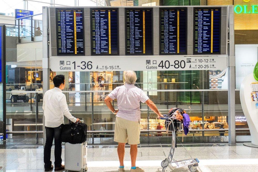 Lidojumu informācijas ekrāns Honkongas lidostā