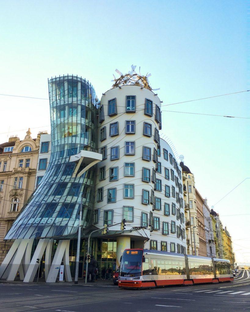 Dejojošā māja Prāgā